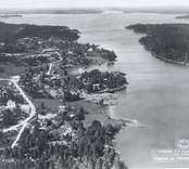 Flygfoto på  Flivik i Misterhult. Byn med hus, skog och Östersjön.