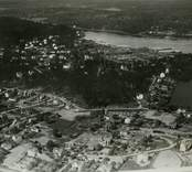 Flygfoto över Gamleby. Samhället med hus och vägar med Gamlebyviken i bakgrunden.