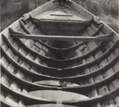 Storbåten av år 1884, sedd mot fören. De tätt sittande sponten och den kraftiga konstruktionen vittna om att det är en god sjöbåt.