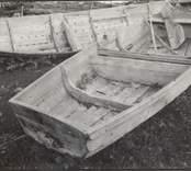 """""""Kane"""", transportbåt. Längd 4,23 meter, bredd 1,55 meter. Upplagd vid den övergivna hamnplatsen """"Enmyt"""", med sjöbod och fiskarestuga. Härtill ritning och beskrivning. Ägare: Karl Samuelsson."""