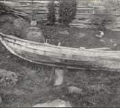 Fiskebåt med sumphåll i aktern. Byggd av ek, bild från babord. Längd 4,205 meter, bredd 1,38 meter.  Ägare: Karl Samuelsson.