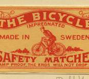 """Tändsticksettikett av märket """"The Bicycle"""", från Nybro Tändsticksfabrik.   Handlanden Johannes Petersson i Gräsgärde var först att starta en tändsticksfabrik i Nybro på 1860-talet. Den fabriken var nerlagd 1873 när apotekaren Carl G Fohlin tog initiativet till nästa fabrik som bar namnet Nybro Tändsticksfabrik AB. Den fabriken var belägen i byn Göljemåla i Madesjö socken. Fabriken  drevs fram till 1878 då bolaget gick i konkurs. Alldeles i jämte den gamla fabriken byggdes 1876 en annan tändsticksfabrik av Ludvig Möller från Kalmar. Fabriken som endast tillverkade fosfortändstickor med ett tjugotal anställda, blev inte långvarig och 1878 gick den också i konkurs. Nu är det dags för nya ägare att träda in på arenan. 1879 rekonstruerades tändsticksfabriken av en ny styrelse med  Gustav Ohlsson i Brånahult och P C Jonsson i Östra Bondetorp samt J G Blomdell som också var disponent. De köpte in Möllers konkursbo men ganska snart lades tillverkningen ner och flyttades till huvudfabriken straxt norr om blivande Långgatan. Under J G Blomdells ledning stiftades ett aktiebolag som med framgång drev tändstickstillverkning vid Nybro Köpings tändsticksfabrik. (Nybro Säkerhetständsticksfabrik, 1881)Tillverkningen var nu endast säkerhetständstickor.  Fabriken överläts så småningom till N Simonsson, Nybro och disponent A Ekendahl, Uppsala. 1913 såldes fabriken till Kreugers tändstickstrust AB Förenade Tändsticksfabriker. Fabriken lades ner efter något år. Fabrikens lokaler användes sedan av Orrefors sliperi, Engströms Formgjuteri och senast från 1932 Nybro Svarveribolag. De gamla industribyggnaderna vid Långgatan i Nybro och som inrymde tändsticksfabriken revs på 1970-talet. I en trossbotten fann man tändsticksaskar från hela tändsticksepoken och kunde glädja samlarna  av askar och etiketter i Nybro. Man fann också den speciella trämall som användes vid askvikningen i hemmen kring sekelskiftet.  (Uppgifterna hämtade från http://thoresmatches.se/tandsticksfabriker/nybro_tandsticksfa"""