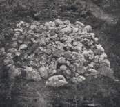 Fyrsidig, fylld stensättning från bronsåldern.  Stensättningen är vid fototillfället avtorvad och under utgrävning.