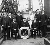Kapten C. J. Lundqvist med besättning. Småländsk fartygsbesättning kring sekelskiftet.