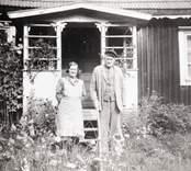 Carl Wiking med hustrun Hildur utanför deras stuga.