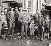 Gruppbild med arbetare framför Bobinfabriken.