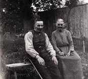 Mor Emma och Karl Pettersson ( 80 år ). Kusk hos von Segebaden. Foto: juni 1929.
