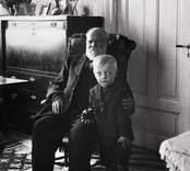 Fabrikör Johan Björkman vid 90 års ålder samt Sten Sture Erlandsson (5 år) Fagerhult.