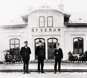 Tjänstemän utanför järnvägsstation i Överum.