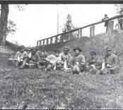Flottare tar rast från arbetet vid brukspatron Johan Tillbergs säteri i Hjorted 1916.