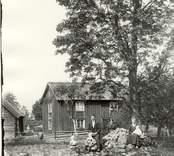Familjen Holmberg framför sin gård i Färghult 1916.    Familjen Holmberg framför gården.