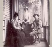 Text på fotots baksida: Anna Sahlberg, familjen Bjurman å Villa Hjalmars veranda. Nybro brunn.