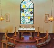 """Koret i Hälleberga kyrka. Korfönstret med temat """"Himmelrikets blomster"""" är gjort av konstnärinnan Brita Reich-Eriksson"""