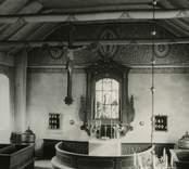 Fönsteromfattning, altarrund, bänkar och predikstol i mahognyfärg med ränder i tegelrött och guld. Ornamenten på väggar och tak är huvudsakligen i blågrått och engelskt rött. Ragnar Östbergs restaurering från 1909-1910.