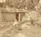 Maria Nilssons i Mossen (Mia i Mossen) stuga.     Jfr Kalmar län 1965, s. 93.