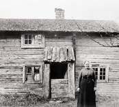 Fruken Anna Svensson utanför sin moders födelsehem. Moderns namn: Lena Sofia Jonsdotter, fadern: Sven Jansson från Hinshult.