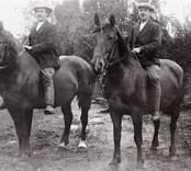 Två herrar till häst som rider barbacka.