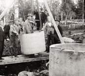 Brunnsgrävning hos fotograf Charles Karlsson.