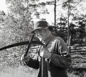 Karl August Karlsson på slåtter.