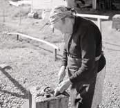 Fru Hulda Nilsson (änka) rensar abborre.