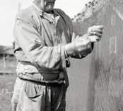 Karl Pettersson hänger flundregarn till tork.
