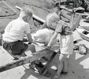 Tore Lundgrens pojkar på bryggan.