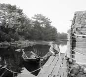 Mannen förtöjer båten vid bryggan.