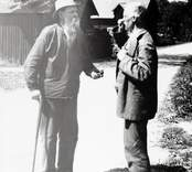 Gubben Käck bjuder stationsinspektor Carl Sabelström i Kråksmåla på en redig pris snus år 1929.