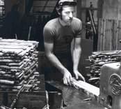 En man som sågar virke på Elfverson & Co i Påryd.