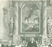 Präst med konfirmander framför altaret i Gärdslösa kyrka.