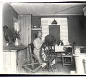Lydia vid Spinnrocken i köket, Hvilan  1920.