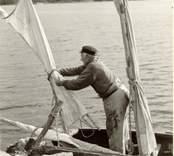 Karl Pettersson sätter seglen på sin roddsump.