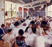 """Rotary damklubb, Västerviks """"Inner Wheel club"""" charterfest den 8 juni 1964 Restaurang Slottsholmen: Den 15 juni 1950 brann den """"gamla"""" restaurangen ned. Den 18 november påbörjades uppförandet av den nya restaurangen, som invigdes den 17 juli 1952. För publicering av bilden hänvisas till ägaren via Kalmar läns museum"""