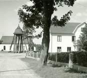 Hus, klockstapel och kyrka i Påryd.