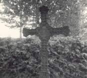 En gravsten och häck på kyrkogården i Blackstad socken. Rodinska graven (1850).