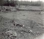 Ängsmark vid en gammal boplats vid landsvägen mellan Hökfors och Sandslätt.