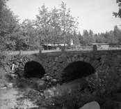 Stenbro med två valv vid gamla vägen.