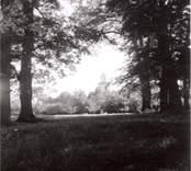 Madesjö kyrka sedd från prästgården.