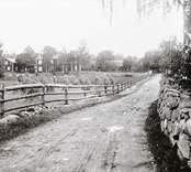 Ödegårdsgata jämte ödegården med fjärdingsman Enock Nilssons bostadshus.