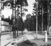 Folkets Park med teater,dansbana och Per-Albinbyst. Verksamheten bedrevs här under 60 år, 1907-1967. Parken blev senare ett uppskattat villaområde. Dessa bilder är tryckta i almanackor utgivna av Nybro Hembygdsförening. De är inte till salu genom KLM, men vi väljer att visa dem då vi har få bilder från det Nybro var en gång.