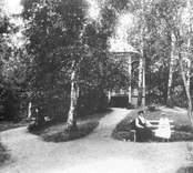 Musikpaviljongen vid Svandammen i Badhusparken. Dessa bilder är tryckta i almanackor utgivna av Nybro Hembygdsförening. De är inte till salu genom KLM, men vi väljer att visa dem då vi har få bilder från det Nybro var en gång.