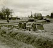 Boplats A. Utrustningen på plats. Den planerade nya sträckningen av E66 mellan Verkebäck och Västervik går mellan två större Gravfält från p / 500 -6 / 200. Likaså finns sydväst och väster om sträckan p4 / 900 -5 / 100, 4 stensättningar och ett skärvstensröse. Under september 1991 genomförde antikvarie M. Nilsson en arkeologisk utredning och utifrån de då framkomna resultaten befanns en arkeologisk undersökning motiverad. Kalmar läns museums förundersökning genomfördes under nio arbetsdagar under tiden 91-11-12 - 91-11-21 av antikvarie Per Sarnäs och amanuens Leif Rubenson.