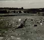 Boplats A. Anläggning 30. Stolphål? Profil från väster.en planerade nya sträckningen av E66 mellan Verkebäck och Västervik går mellan två större Gravfält från p / 500 -6 / 200. Likaså finns sydväst och väster om sträckan p4 / 900 -5 / 100, fyra stensättningar och ett skärvstensröse. Under september 1991 genomförde antikvarie Mikael Nilsson en arkeologisk utredning och utifrån de då framkomna resultaten befanns en arkeologisk undersökning motiverad. Kalmar läns museums förundersökning genomfördes under nio arbetsdagar under tiden 91-11-12 - 91-11-21 av antikvarie Per Sarnäs och amanuens Leif Rubenson.