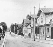 Långgatan i Nybro omkring 1910 med grosshandlare Claes Ågrens affär.