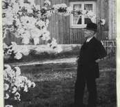 "Petersson Axel. ""Döderhultarn"". Fotot vid barndomshemmet i Döderhult."