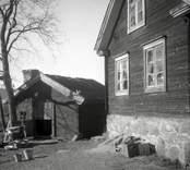 En flygelbyggnad och en bod i Hagnebo.