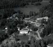Flygfoto över Virums gård i Misterhults socken. Vykortsförlaga, obeskuren och beskuren.