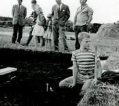 Nuvarande kungen Carl XVI Gustaf vid utgrävningarna av Skedemosse.