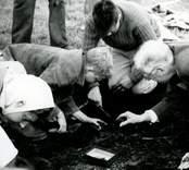 Kung Gustaf VI Adolf, som var känd för sitt intresse för arkeologi, deltog vid utgrävningarna av Skedemosse.