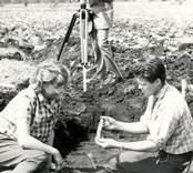 Ulf Erik Hagberg och Margareta Beskow förevisar fynd vid utgrävningarna av Skedemosse.